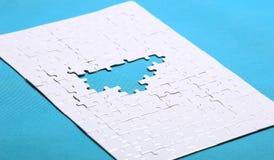 Witte details van een raadsel op groene achtergrond Een raadsel is een puz Stock Afbeelding