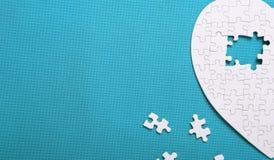 Witte details van een raadsel op groene achtergrond Een raadsel is een puz Royalty-vrije Stock Fotografie