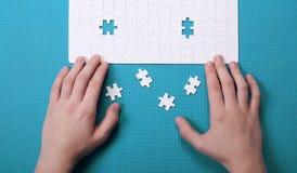 Witte details van een raadsel op groene achtergrond Een raadsel is een puz Stock Foto