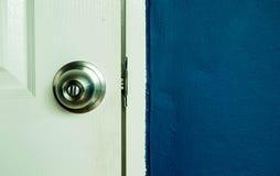 Witte deur en marineblauwe muur Royalty-vrije Stock Fotografie
