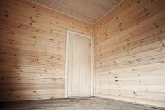 Witte deur in lege ruimte, houten binnenland Stock Foto