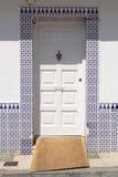 Witte deur met Spaanse azulejos stock afbeelding