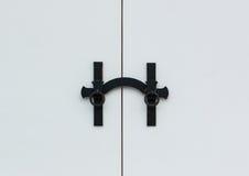 Witte deur met traditionele deurklink Stock Afbeeldingen