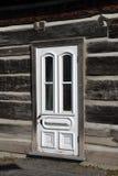 Witte deur op oude blokhuizen Royalty-vrije Stock Fotografie