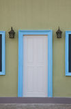 Witte deuren en deurkaders in blauw Stock Fotografie