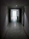 Witte deuren en gang Stock Fotografie