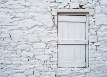 Witte dichte omhooggaand van het baksteenplattelandshuisje Stock Foto's