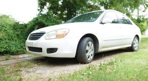 Witte die auto in gras wordt geparkeerd - brede hoek royalty-vrije stock foto's