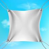 Witte die banner uit op de kabels wordt uitgerekt Royalty-vrije Stock Foto's