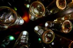 Witte die bodems van flessen door helder licht worden verlicht Stock Foto's