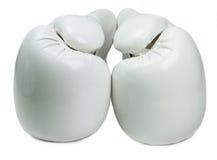 Witte die bokshandschoenen op witte achtergrond worden geïsoleerd Royalty-vrije Stock Afbeeldingen