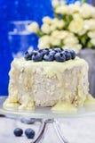 Witte die chocoladecake met bosbessen wordt verfraaid Stock Foto's