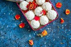Witte die chocoladetruffels met kokosnotenspaanders worden behandeld stock fotografie