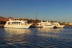 Witte die cruiseschepen in de haven in Dahab worden vastgelegd Schilderachtig landschap van Rode Overzees met mooie kustlijn stock afbeeldingen