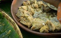 Witte die de kippenkerrie van Oporayam javanese Indonesië, in traditionele kleiplaat wordt gediend stock afbeelding