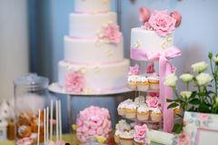 Witte die huwelijks cupkace cake met bloemen wordt verfraaid royalty-vrije stock foto's