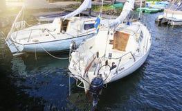 Witte die jachten worden vastgelegd om aan te leggen Boten dichtbij de kust worden geparkeerd die royalty-vrije stock foto
