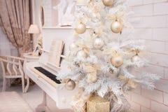 Witte die Kerstboom met gouden ornament wordt verfraaid Stock Foto's