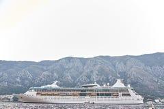 Witte die Passagiersvoering in de Baai van Kotor wordt vastgelegd De Stad van Kotor montenegro stock afbeelding