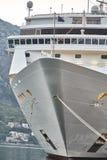 Witte die Passagiersvoering in de Baai van Kotor wordt vastgelegd De Stad van Kotor montenegro royalty-vrije stock afbeelding