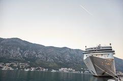 Witte die Passagiersvoering in de Baai van Kotor wordt vastgelegd De Stad van Kotor montenegro royalty-vrije stock fotografie