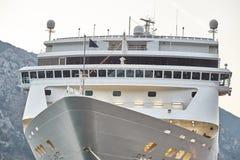 Witte die Passagiersvoering in de Baai van Kotor wordt vastgelegd De Stad van Kotor montenegro royalty-vrije stock foto
