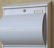 Witte die postbus van metaal wordt gemaakt Stock Afbeeldingen