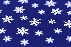 Witte die sneeuwvlokken op zwarte achtergrond worden geïsoleerd royalty-vrije stock foto