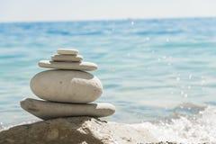 Witte die stenen in een stapel op de kust worden gestapeld Stock Afbeelding