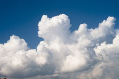Witte dikke wolken onder de blauwe hemel Royalty-vrije Stock Afbeelding