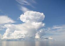 Witte donderwolken over het overzees tegen de blauwe hemel stock foto's