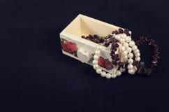 Witte doos in uitstekende stijl op een donkere achtergrond Stock Foto's