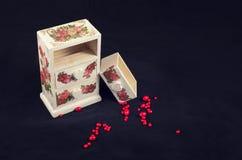 Witte doos in uitstekende stijl op een donkere achtergrond Stock Afbeelding