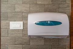 Witte doos weefsels die op muur in toilet of toilet hangen royalty-vrije stock foto's
