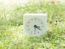 Witte eenvoudige klok op gazonwerf, 3:20 drie twintig Royalty-vrije Stock Afbeelding