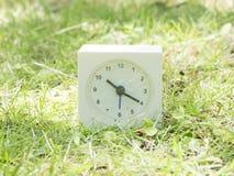 Witte eenvoudige klok op gazonwerf, 10:20 tien twintig Royalty-vrije Stock Foto