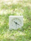 Witte eenvoudige klok op gazonwerf, 10:20 tien twintig Stock Foto's