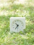 Witte eenvoudige klok op gazonwerf, 10:35 tien vijfendertig Royalty-vrije Stock Foto's