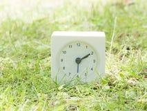Witte eenvoudige klok op gazonwerf, 2:10 twee tien Stock Foto's