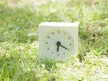Witte eenvoudige klok op gazonwerf, 6:20 zes twintig Stock Foto's