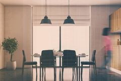 Witte eetkamer, zwart stoelenonduidelijk beeld Stock Fotografie