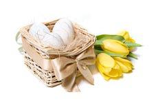 Witte eieren in een mand stock fotografie