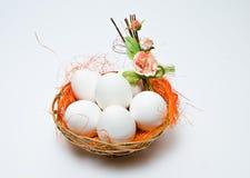 Witte eieren in een mand royalty-vrije stock foto's
