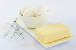 Witte eieren met boter op een plaat Royalty-vrije Stock Afbeeldingen