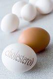 Witte eieren met Cholesteroltekst - gezondheid en gezonde levensstijl Royalty-vrije Stock Foto