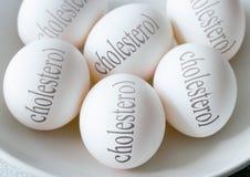 Witte eieren met Cholesteroltekst - gezondheid en gezonde levensstijl Royalty-vrije Stock Afbeeldingen