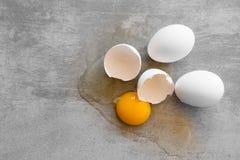 Witte eieren op een concrete lijst Royalty-vrije Stock Fotografie
