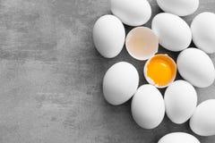 Witte eieren op een concrete lijst Stock Foto