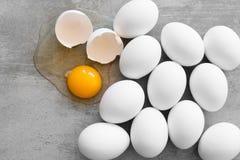 Witte eieren op een concrete lijst Stock Foto's