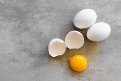 Witte eieren op een concrete lijst Stock Fotografie
